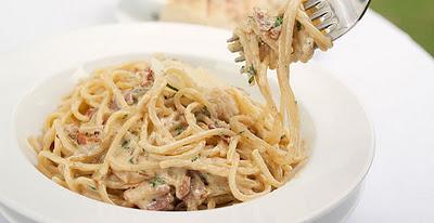 Espaguete de atum e tomate